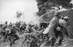 Infantería alemana en combate con lanzallamas (Verdún, 1916)    Esta foto se corresponde con la Batalla de Verdún, Francia, la más larga de la Primera Guerra Mundial.    Es especialmente destacable la presencia de un soldado de infantería armado con un lanzallamas. Precisamente estos lanzallamas modernos fueron introducidos por los alemanes a lo largo de la Gran Guerra.