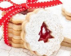 Christmas shortbread filled with strawberry jam - biscuits Biscuit Cookies, Shortbread Cookies, Cookies Fourrés, Cookie Recipes, Dessert Recipes, Desserts With Biscuits, Creme Dessert, Christmas Cooking, Christmas Christmas