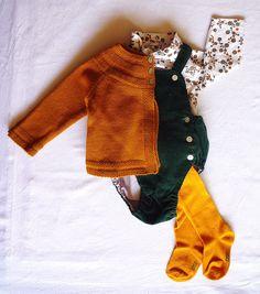Look bébé automne hiver. Barboteuse velour 'Neck and Neck', Sous Pull 'Zara', Gilet 'Bonnet à Pompon', Collant 'Kiabi'. Clothes baby.