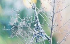 Фигурка Эйфелевой башни на ветках дерева