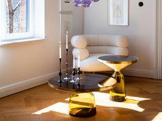 Einige Lieblings ClassiCon wie Eileen Gray's BIBENDUM Weiss Sessel und Sebastian Herkner's Glas Gelb Kaffeetisch. Schwarz und schlank Armleuchter.  http://wohn-designtrend.de/