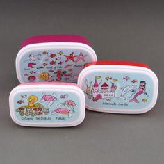 Lot 3 boites à goûter / déjeuner sans BPA Sirènes Tyrrell Katz. Pour le déjeuner ou le goûter, à l'école, à la crèche, chez la nounou. Couvercles hermétiques. 3 Boites repas gigognes. Compatibles congélateur, micro-onde et lave-vaisselle.  http://www.lilooka.com/dehors/gourdes-et-boites-enfants-sans-bpa/lot-3-boites-a-gouter-ou-dejeuner-enfants-sans-bpa-sirenes-tyrrell-katz-2.html