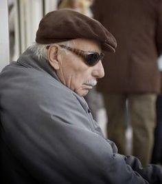 LA TÁCTICA Dicen que una vez, había un ciego sentado en un parque,  con una gorra a sus pies y un cartel en el que,  escrito con tiza blanca, decía:  'POR FAVOR AYÚDEME, SOY CIEGO'.