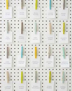 Seinäkalenteri tällä idealla? Siirreltäviin pyykkipoikiin numerot, tehtävät paperilapuilla.