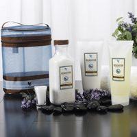 Streel uw zintuigen met de nieuwe Aroma Spa Collection van Forever. Ervaar de kracht van aromatherapie en creëer uw eigen spa.   Stap 1: Verwen uzelf met een bad vol voedende zouten uit de dode zee, lavendel en andere essentiële oliën. Stap 2: Geniet van een ontspannen en frisse huid op basis van aloë vera, essentiële oliën en fruitextracten. Stap 3: Ontspan uw lichaam en geest met de rijke ingrediënten van witte thee, lavendel en citrusolie.