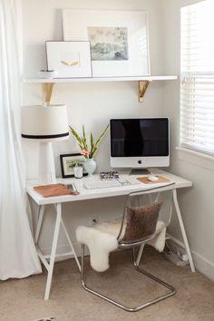"""Oi amores, tudo bem? Para quem é blogger ou até mesmo doutora, advogada, estudante,etc... Sempre é bom ter um cantinho em casa para fazermos o nosso trabalho. Já vi vários quartos com """"escritórios"""" pequenos que ficam super fofos e não é preciso desperdiçar um quarto para fazer um escritório. E h"""