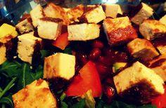 TOFU ALLA PASTRA Il tofu è uno di quegli alimenti che non mi hanno mai attirato e che quelle poche volte che ho assaggiato ho sempre ritenuto sapesse di cartone (passatemi la franchezza con la quale condivido con voi i miei pensieri ;) ), ma come spesso accade, al mio compagno piace…. Per questo ho dovuto escogitare un modo per renderlo più gradevole a me e molto più appetitoso per lui. Il risultato?! Tofu alla piastra!!! http://blog.giallozafferano.it/cookingtime/tofu-alla-piastra/