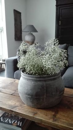 Mooie pot gevuld met gipskruid – Silja Dreyer Beautiful pot filled with baby's breath - Silja Dreyer - up # gypsophila Plantas Indoor, Deco Floral, Gray Bedroom, Home And Deco, Wabi Sabi, Decor Interior Design, Garden Pots, Flower Arrangements, Farmhouse Decor