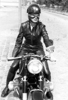 Ton-Up culture un blog dedicado a las motos clásicas, cafe racer, música y cine. Ton up culture is a thematic blog, of classic motorcycles, cafe racer, vintage stuff, music and cinema Ton-Up Culture: BMW Girls