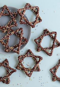 Hanukkah Recipes for Kids - Fork and Beans 4 Hanukkah Recipes for Kids: Star of David Pretzels Hanukkah For Kids, Hanukkah Crafts, Hanukkah Food, Feliz Hanukkah, How To Celebrate Hanukkah, Hanukkah Recipes, Holiday Recipes, Happy Hanukkah, Hanukkah Harry