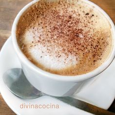 Esta receta de capuccino casero es un recurso fácil para disfrutarlo en casa sin necesidad de tener vaporizador ni cafetera express. Puedes espolvorear con canela en lugar de cacao si lo prefieres.