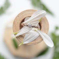 #unison_каплясвета  Такое игривое и притягательное помолвочное кольцо с бриллиантом из двух видов золота.