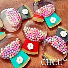 閉じ込められたカラフルなつぶつぶがカワイイ、キャンディポットブローチ♪ キャンディ部分はレジンで固めた、プラ板とレジンMIXのアイテムだそう。本物のキャンディのようなリアルさが素敵ですね!