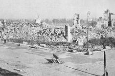 Warszawa. Ruiny Zamku Królewskiego w 1945, widok od strony placu Zamkowego, na bruku rozbita kolumna Zygmunta