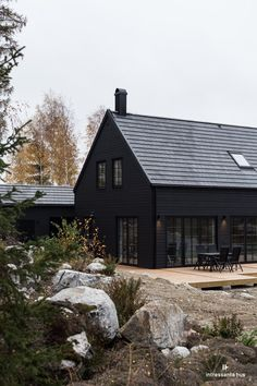 34 Attractive Black House Exterior Design Ideas To Try Asap Modern Wood House, Modern Barn, Modern Farmhouse, Black House Exterior, Exterior Windows, Dark House, House In The Woods, House Colors, Exterior Design