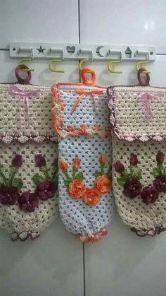 Puxa sacos Crochet Towel, Crochet Art, Crochet Patterns, Plastic Bag Holders, Crochet Kitchen, Crochet Squares, Crochet Projects, Projects To Try, Lunch Box