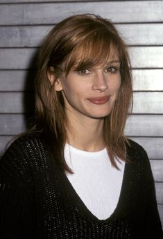 A Celebration of Julia Roberts Most Iconic Hair Moments Wearing her auburn brown locks shoulder leng Cheveux Julia Roberts, Julia Roberts Hair, Julia Roberts Style, Haircut Fails, Mauve Lips, Side Bun Hairstyles, Natural Smoky Eye, Hair Up Styles, Blonde Curls