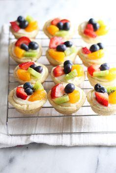 Mini sugar cookie fruit tarts mini and individual desserts, Fruit Pizza Cups, Mini Fruit Tarts, Sugar Cookie Fruit Pizza, Fruit Fruit, Easy Fruit Tart, Sugar Cookie Cups, Cheese Fruit, Cheese Tarts, Fruit Cups