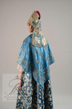 Праздничный девичий костюм с костромским головным убором. Конец XVIII -начало XIX в.