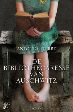 Antonio Iturbe - De bibliothecaresse van Auschwitz. Dita verbergt een kleine, clandestiene bibliotheek onder haar jurk. Want boeken zijn streng verboden in Auschwitz. De acht boeken worden door haar en haar kampgenoten gekoesterd als schatten. Ontroerend waargebeurd verhaal over de moed van een 14-jarig meisje en hoe boeken mensen kunnen helpen in de verschrikkelijkste omstandigheden.