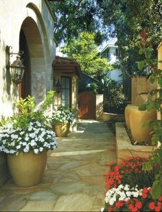 "21 Amazing Floral Decoration Ideas for Your Outdoor Area Tuscan Style-Like idea of Water Urns in ""flower pot"" area (to the right in photo). 21 Amazing Floral Decoration Ideas for Your Outdoor Area – Style Motivation Style Toscan, Landscape Design, Garden Design, Courtyard Design, Courtyard Ideas, Small Backyard Design, Backyard Designs, Italian Garden, Italian Patio"