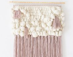 Lo originales hechos a mano del colgante de pared está hecho de 100% a mano teñido lana merino éticamente origen en Perú. Uno de los tipos apagados colores de este hilo exquisito que esta tejiendo una obra de arte original tejido que será perfecto para la decoración de la pared, si se cuelga. Colores son verdaderos pero tenga en cuenta que puede haber diferencias entre monitor y los suyos. Colgado sobre un taco de madera de 40 cm (16 pulg), este tejido cuelga 73 cm (29 ) largo de la espiga…