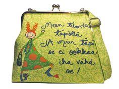 http://www.virkkukoukkunen.net/verkkokoukkunen/product_details.php?p=6283  Vuoritettu canvas-laukku säädettävällä olkahihnalla ja kahdella sisätaskulla!  Laukun korkeus 23 cm ja pohjan leveys 27 cm.   Kehyksen leveys 22 cm.   Olkahihna on pisimmillään 135 cm ja sen leveys on 2,4 cm.  Kangas on painettu ja laukku on ommeltu Suomessa! :)