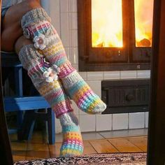 If it is winter, it is a great time for crocheting a pair of socks! Some people who think socks can only be knitted plainly will be surprised! Crochet socks are great gifts, and also Crochet Socks Pattern, Crochet Shoes, Crochet Slippers, Knit Or Crochet, Crochet Clothes, Crochet Granny, Stitch Patterns, Knitting Patterns, Knitting Socks