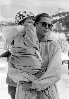 Princess Grace (Kelly) of Monaco with her daughter Caroline on a ski vacation. Monaco As, Monaco Royal Family, Ingrid Bergman, Hollywood Actresses, Old Hollywood, Apres Ski Party, Caroline Von Monaco, Princesa Grace Kelly, Alissa Salls