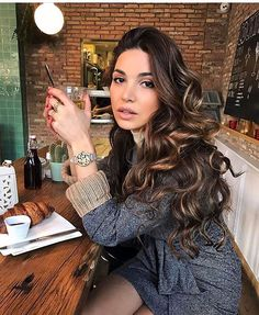 negin mirsalehi outfits Gorgeous Negin Mirsalehi with shiny unfastened curls coiffure. Loose Curls Hairstyles, Cool Hairstyles, Pinterest Hair, Brunette Hair, Dark Brunette, Great Hair, Hair Highlights, Caramel Highlights, Balayage Hair