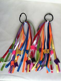 Enfeite Junino para Cabelo - 8 fitas coloridas com 30 cm de comprimento com bandeirinhas em feltro coloridas. O enfeito pode ser preso no bico de pato com 4,5 cm de comprimento ou no elástico.    Valor do par de enfeite - R$ 29,90    As fitas e o feltro podem ter variação na cor. Tulle Hair Bows, Boy Nursery Colors, Wedding Backdrop Design, Baby Room Diy, Diy Baby, Hair Rubber Bands, Tassel Keychain, Diy Hair Accessories, Crazy Hair