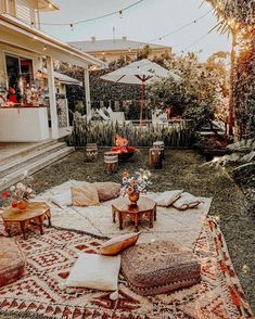 🇬🇧 Do you like this idea? I find it brilliant for an evening of relax 💕 🇮🇹 Ti piace questa idea? Io la trovo geniale per una serata di relax 💕 Ph. Chillout Zone, Boho Garden Party, Outdoor Movie Nights, Backyard Movie, Deco Boheme, Outdoor Parties, Outdoor Dining, Sweet Home, Instagram