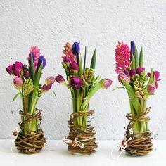 Frühling Tischdeko Ideen mit Blumen – mit Reben umwickelte Vasen