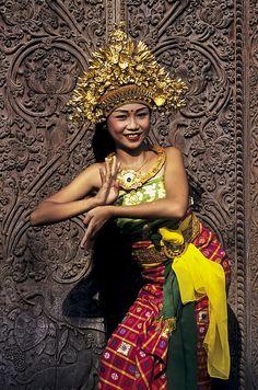 Photo Young Balinese Girl dancer by Ingo Jezierski on Bali Lombok, Dress Attire, Beauty Around The World, Bali Travel, Dance Photography, Balinese, World Cultures, People Around The World, Traditional Dresses