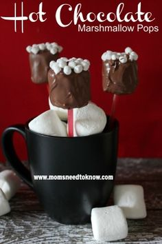 Hot Chocolate Marshmallow Pops is the best! No Bake Treats, Yummy Treats, Delicious Desserts, Sweet Treats, Dessert Recipes, Christmas Treats, Holiday Treats, Holiday Recipes, Chocolate Marshmallows