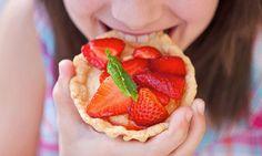 Tarte de morango. Depois de fazer a massa, é só fruta e um pouco de açúcar. Uma receita muito simples para fazer com crianças