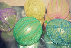 what you need: newspaper or paper bags embroidery Thread small water balloons liquid starch liquid starch recipe:. Easy Christmas Candy Recipes, Crochet Baby Jacket, Diy Art Projects, Food Crafts, Easter Wreaths, Simple Christmas, Easter Crafts, Paper Flowers, Easter Eggs