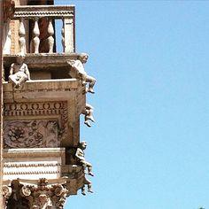 Buongiorno a tutti! Oggi pubblico la foto di un particolare di Palazzo Prosperi-Sacrati, costruito dagli Estensi intorno alla fine del 1500 e poco conosciuto dai turisti, ma con un portale fra i più belli d'Italia: i piccoli putti che, seduti sulla trabeazione, sorreggono il balcone. Andateli a vedere! Foto di @paolaire #comunediferrara #MyFerrara #Ferraraitalia #ferrara #igersferrara