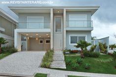 Elegância e sofisticação marcam esta residência, projetada para um jovem casal pelos arquitetos Daniele Guardini e Adriano Stancati. Veja o projeto completo no site: http://www.comore.com.br/?p=24512 #revistainterarq #interarq #projeto #primulas #fachada #danieleguardini #adrianostancati #arquitetura