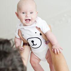 Body 6-12 mois en coton organique certifié OCS (Organic Content Standard).3 motifs disponibles :- Castor- Ours- Renard