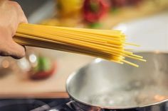 When enjoying a delicious pasta dish, surely no one would think of how the pasta was cooked. However, it turns out that there is one right way to cook pasta to save time. The video below Healthy Cooking, Cooking Tips, Healthy Recipes, Cooking Games, Cooking Food, Cooking Bacon, Cooking Turkey, Cooking Pasta, Cooking Recipes