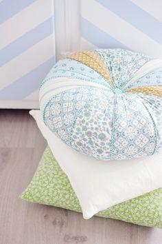 Подушки ручной работы, нестандартно выглядит круглая из разных кусочков ткани