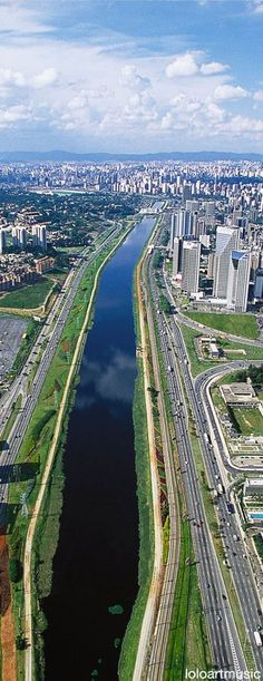 Rio Pinheiros e Avenida Marginal Pinheiros. São Paulo, SP, Brasil.