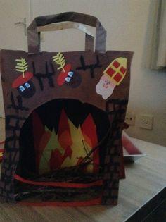 Sinterklaas haard  1. Gebruik een kartonnen tasje (primark) 2. Maak met rood geel oranje papier een vuurtje op zwart papier 3. Verf het tasje met een basiskleur naar keuze 4.  Verf er steentjes op 5. Laat het allemaal drogen 6. Plak het vuurtje in je haard 7. Ter versiering kun je er een Sinterklaasje, Pietje of kerstman enzovoort opplakken  8. Je kunt ook nog een soort hekje ervoor maken  Succes