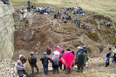 Las comunidades de Rumi Corral reunidas en la presa, para la inauguración.