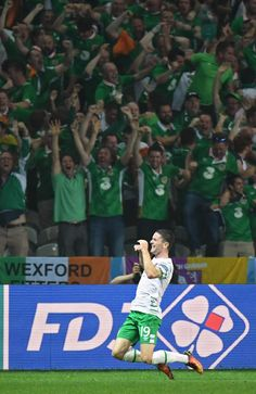 Robbie Brady celebrates after scoring a late one to beat Brilliant ! Jack Charlton, Manchester United Legends, 16 V, Celtic Fc, World Football, Republic Of Ireland, Dream Job, Rugby, Iceland