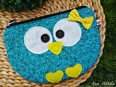 bolsinha owl Sewing Hacks, Sewing Crafts, Sewing Projects, Little Bag, Little Gifts, Owl Bags, Owl Crafts, Fabric Purses, Owl Patterns