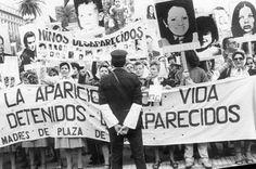 ABUELAS DE PLAZA DE MAYO: 39 AÑOS DE LUCHA POR RECUPERAR LA IDENTIDAD DE LA SOCIEDAD ARGENTINA    Las Abuelas no tienen miedo Lo peor que podía pasarles ya pasó. Sus voces desafían al régimen militar que sigue negando la existencia de los desaparecidos. Abuelas de Plaza de Mayo es una organización no gubernamental creada en 1977 cuyo objetivo es localizar y restituir a sus legítimas familias todos los niños desaparecidos por la última dictadura argentina. El 24 de marzo de 1976 las Fuerzas…