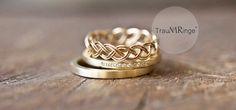 """Geflochtener Ring als Ehering.  Anmerkung: Ich möchte Eheringe aus Weißgold. Da er besonders schmal und zierlich aussieht, ist er gut als weibliches Gegenstück zu """"seinem Ring"""" geeignet."""