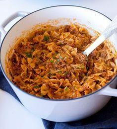 God och krämig tacopasta som du snabbt och enkelt lagar. Allt tillagas i en och samma kastrull, pastan ska inte förkokas eller silas, du slänger ner den direkt i såsen. Sen toppas det hela med massa ost… mmmm. Riktigt smarrigt! 6 portioner tacopasta 400 g pasta (gärna farfalle) 400 färs (kött- eller veggiefärs) 1 gul lök 1 påse tacokrydda eller 4-5 msk egenmixad tacorydda- recept HÄR! 400 krossad tomat 2 msk tomatpuré 150 g riven ost Ca 6-7 dl vatten Olja till stekning Salt & peppar Gör s... I Love Food, Good Food, Yummy Food, Vegetarian Recipes, Healthy Recipes, Great Recipes, Zeina, Beef Dishes, Quick Meals